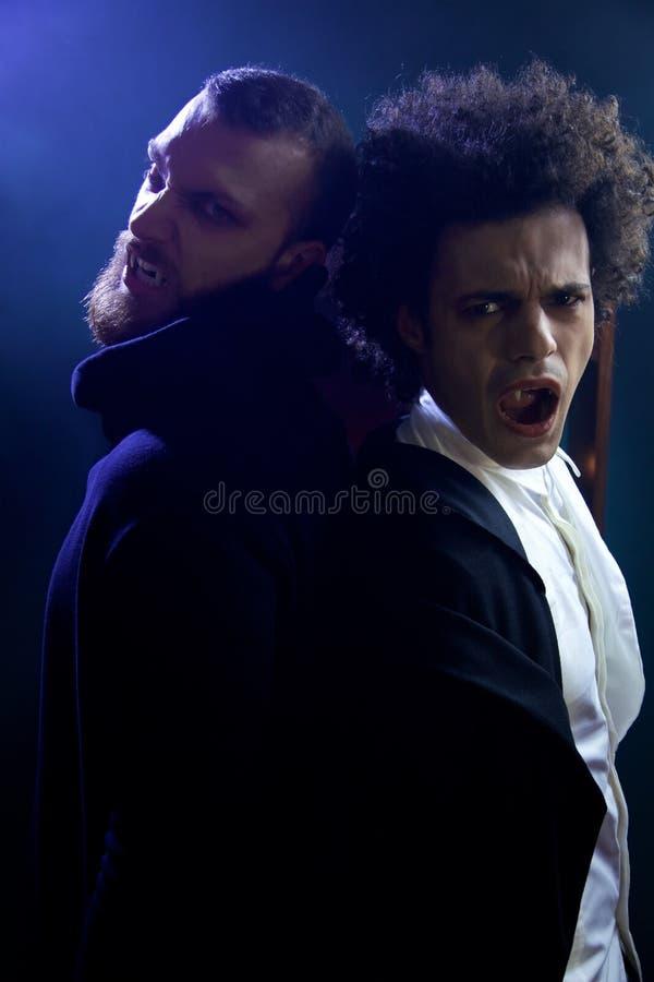 看照相机尖叫的两个恼怒的吸血鬼饥饿为血液 免版税库存照片