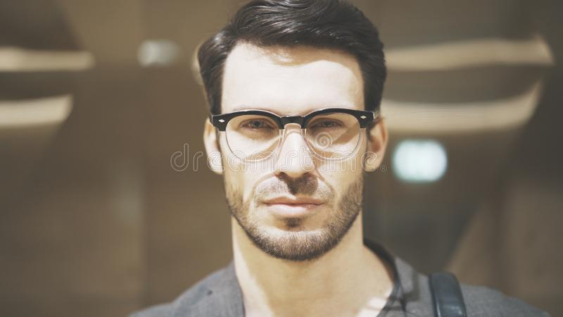看照相机的一个年轻有胡子的人的特写镜头 库存照片