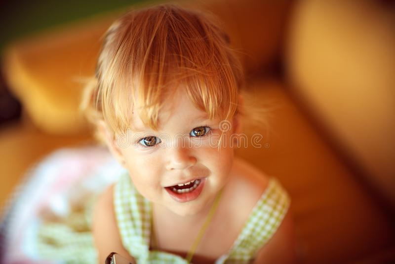 看照相机的一个美丽的小女孩的画象 特写镜头 免版税库存照片