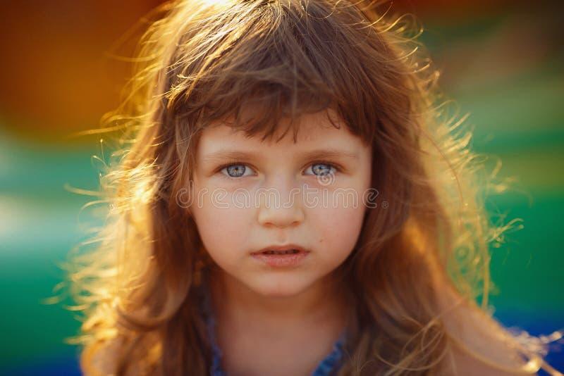 看照相机的一个美丽的小女孩的画象 特写镜头 图库摄影