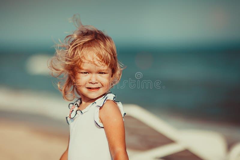 看照相机的一个美丽的小女孩的画象 特写镜头 库存图片