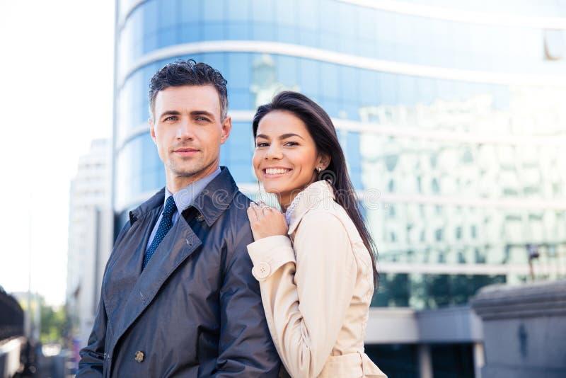 看照相机的一对年轻微笑的夫妇的画象 免版税图库摄影