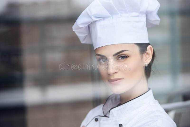 看照相机的可爱的厨师 库存图片