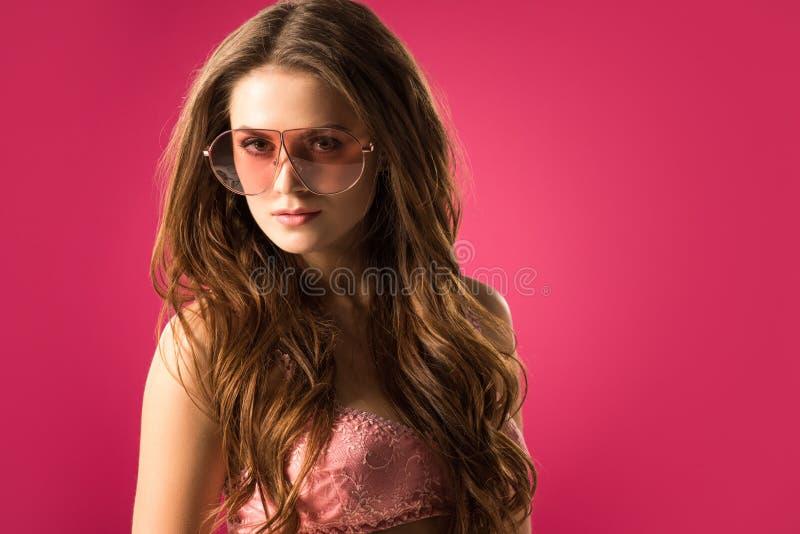 看照相机的可爱的女孩和胸罩画象太阳镜的 库存图片