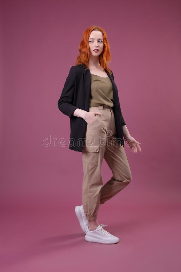看照相机的可爱的年轻红头发人妇女 库存图片