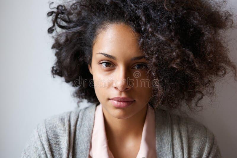 看照相机的可爱的年轻非裔美国人的妇女 库存照片