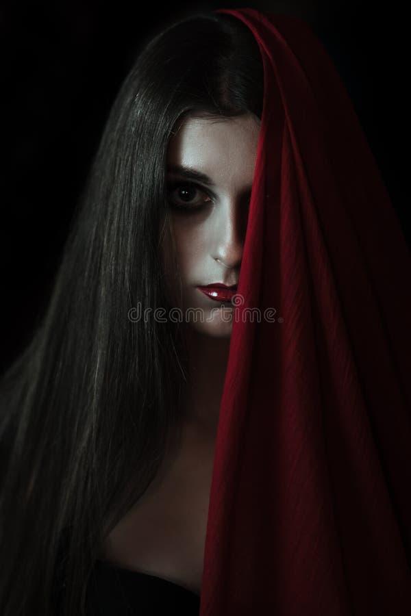 看照相机的吸血鬼女孩 免版税库存照片