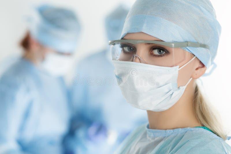 看照相机的外科医生妇女特写镜头 库存图片