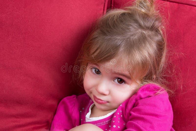 看照相机的害羞的小女孩 库存图片