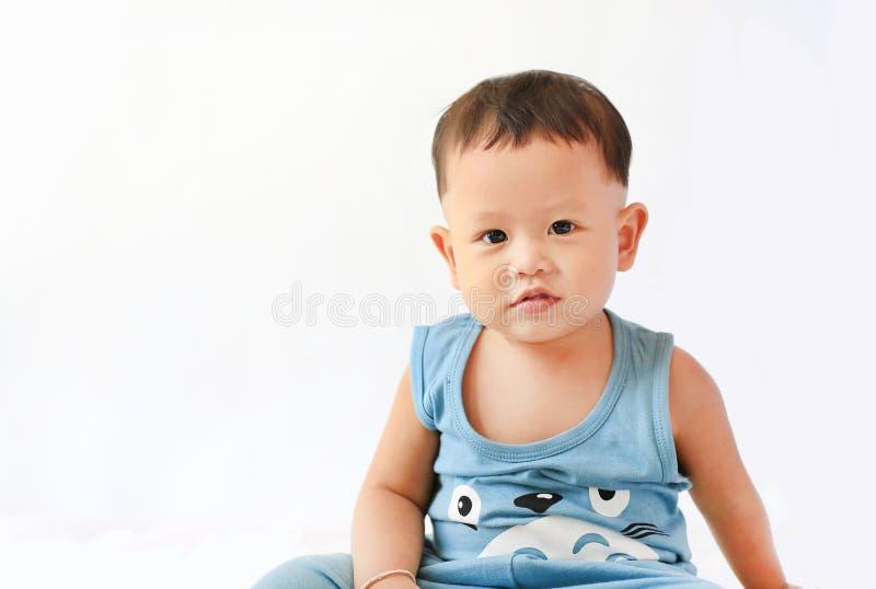 看照相机的小亚裔男婴画象隔绝在白色背景 免版税库存图片