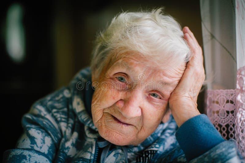 看照相机的年长妇女画象 免版税库存图片