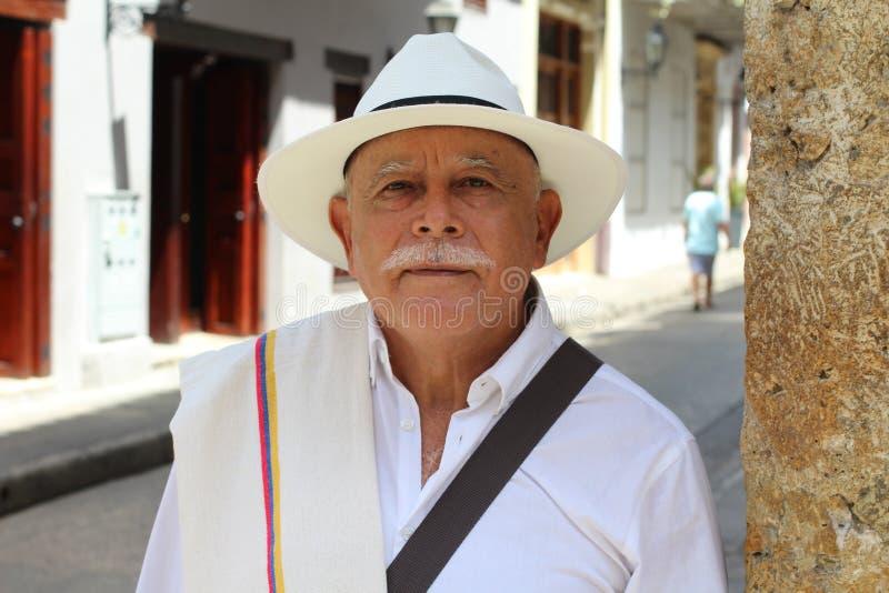 看照相机的年长拉丁美州的人 免版税库存图片