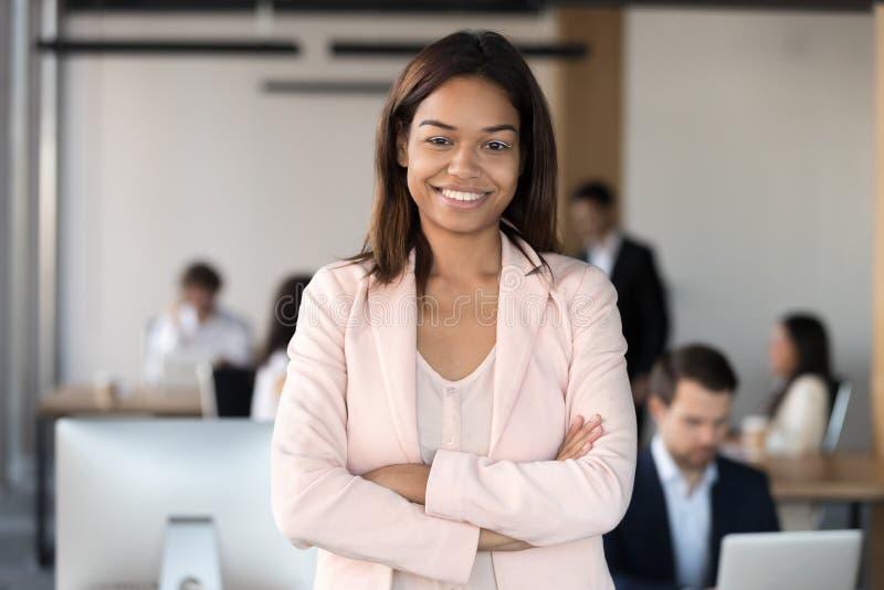 看照相机的微笑的千福年的非裔美国人公司雇员执行委员 免版税库存图片