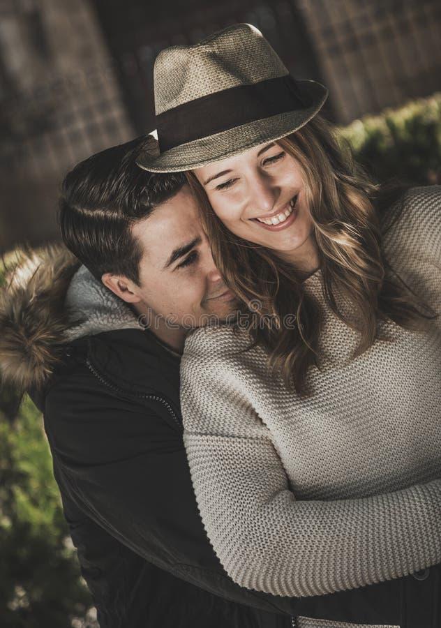 看照相机的微笑的夫妇 库存图片