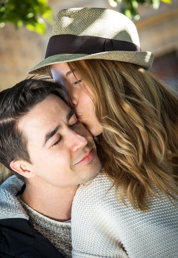 看照相机的微笑的夫妇 免版税图库摄影