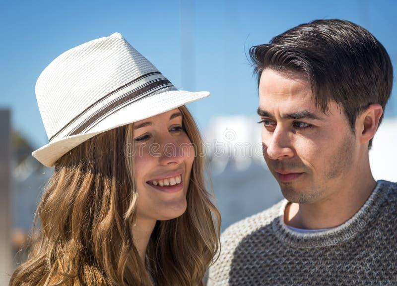 看照相机的微笑的夫妇 免版税库存照片