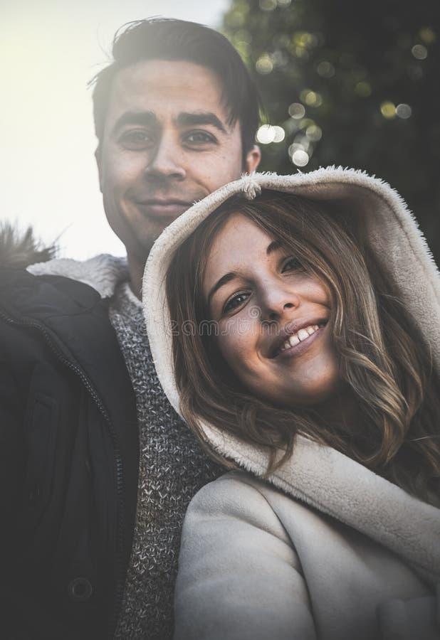 看照相机的微笑的夫妇 库存照片