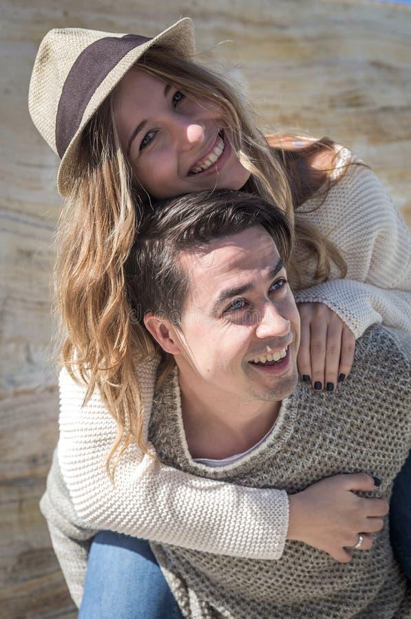 看照相机的微笑的夫妇 免版税库存图片