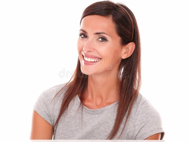 看照相机的微笑的愉快的拉丁妇女 图库摄影