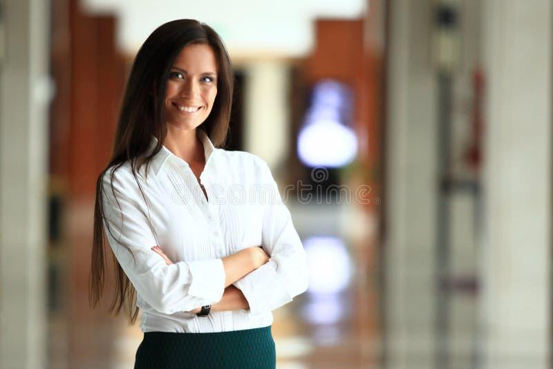 看照相机的微笑的确信的女商人 免版税库存照片