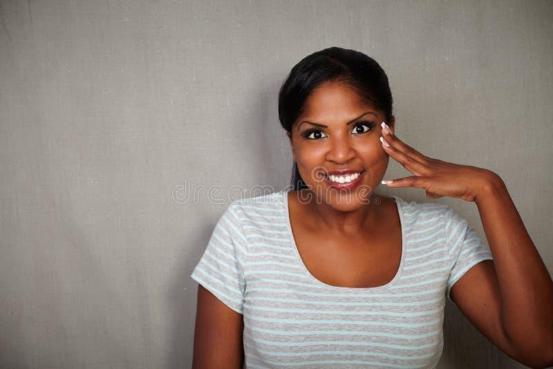 看照相机的微笑的非洲妇女 库存照片