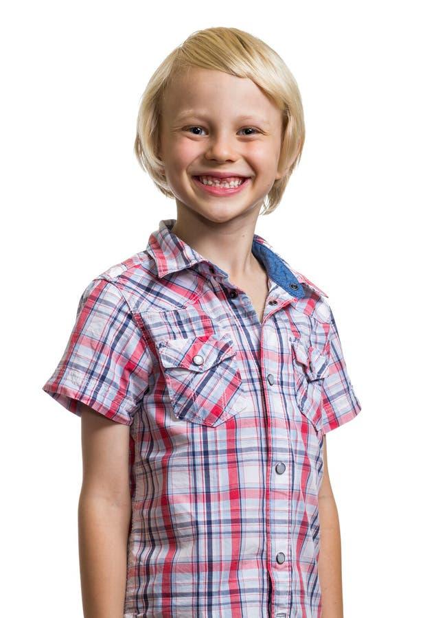 看照相机的愉快的可爱的男孩画象  图库摄影