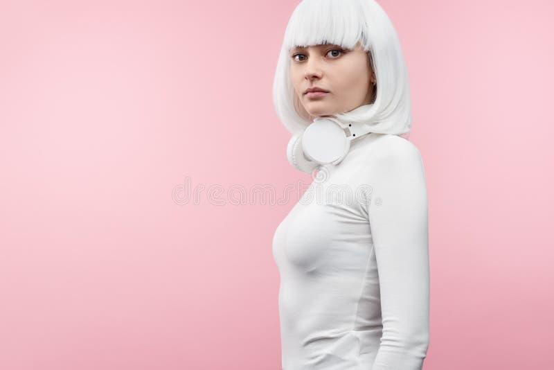 看照相机的未来派妇女 免版税库存图片