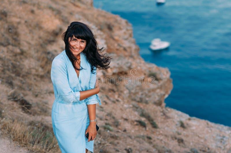 看照相机的海滩的美丽的少妇 免版税图库摄影