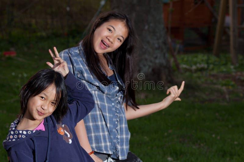 看照相机的画象年轻姐妹的 免版税库存照片