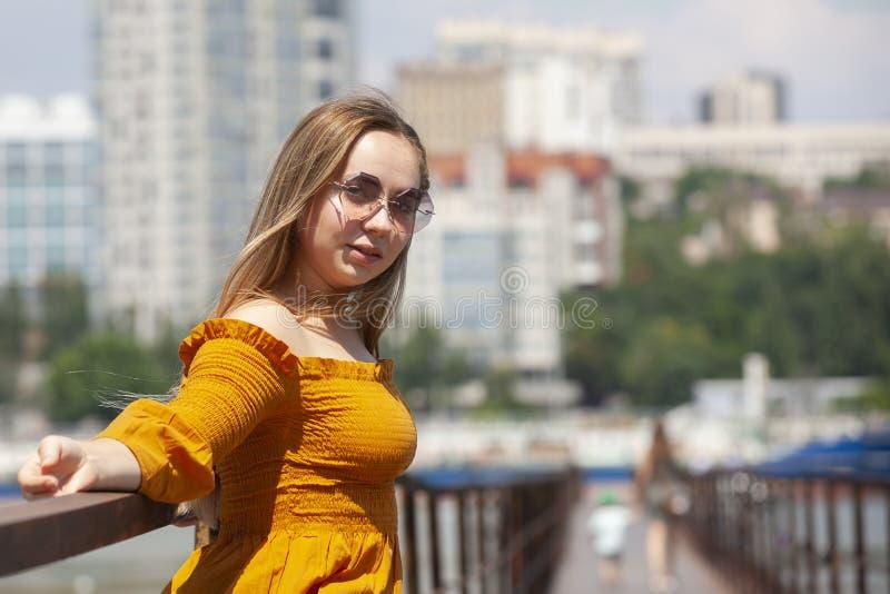 看照相机的白肤金发的妇女 有厚实的眼眉和蓝眼睛的白肤金发的妇女 免版税库存图片