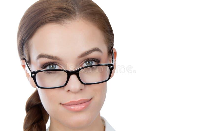 戴看照相机的眼镜的美丽的少妇 免版税库存图片