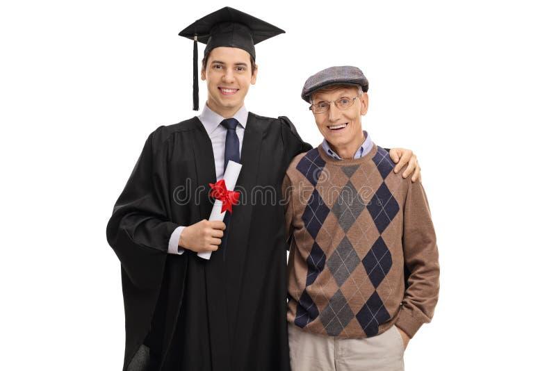 看照相机的研究生和他的祖父 免版税库存照片