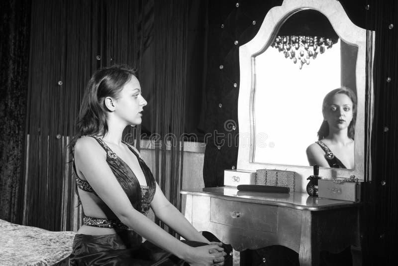 看照相机的端庄的妇女通过镜子 库存图片