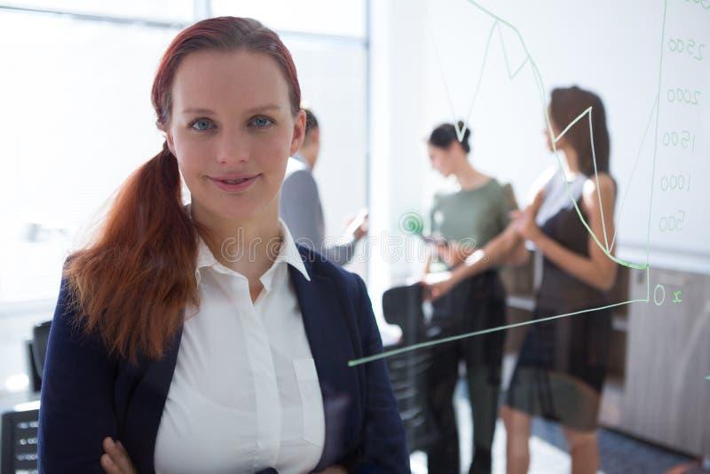 看照相机的美丽的女性执行委员 免版税库存图片