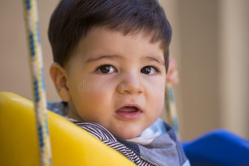 看照相机的美丽的巴西男婴 swin的婴孩 库存照片