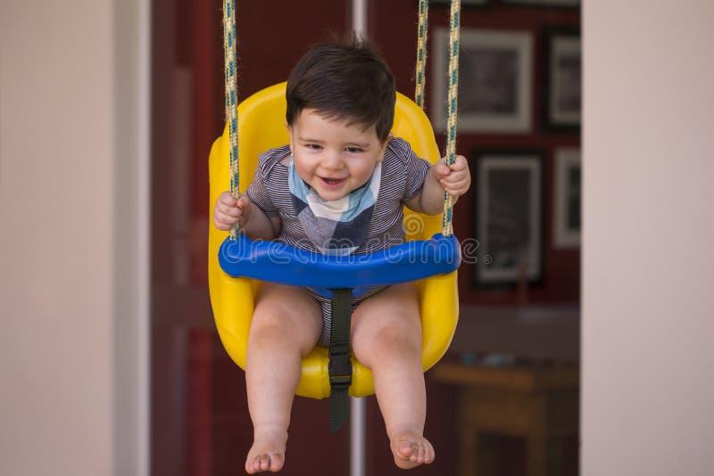 看照相机的美丽的巴西男婴 swin的婴孩 图库摄影