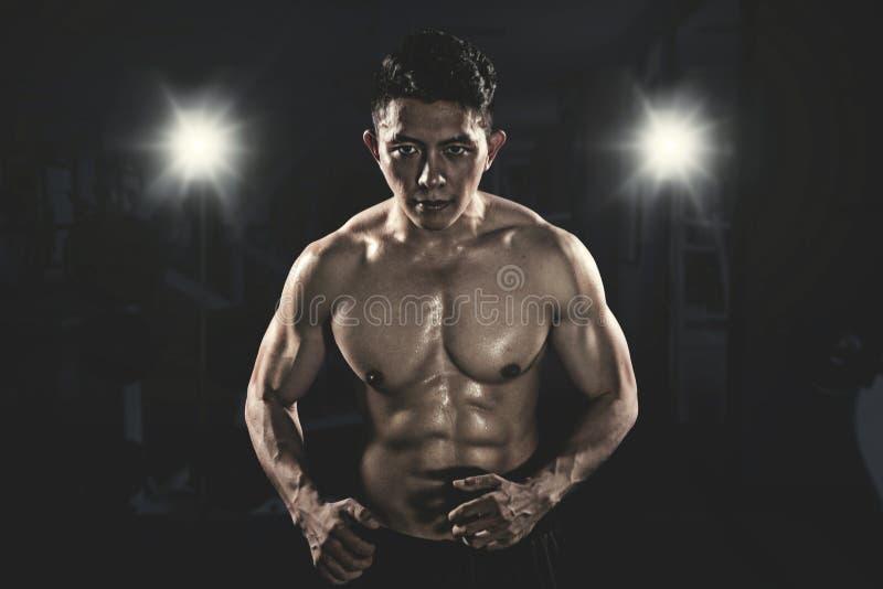 看照相机的肌肉亚裔人 免版税库存照片