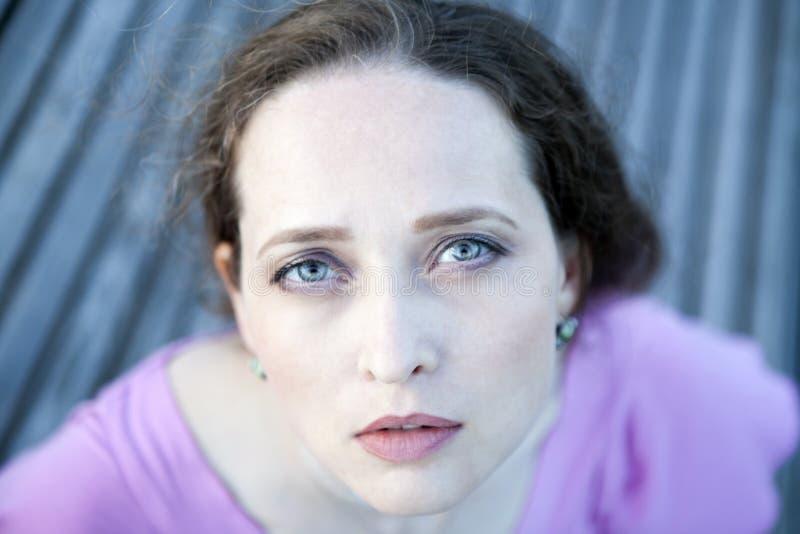 看照相机的蓝眼睛的夫人 库存照片