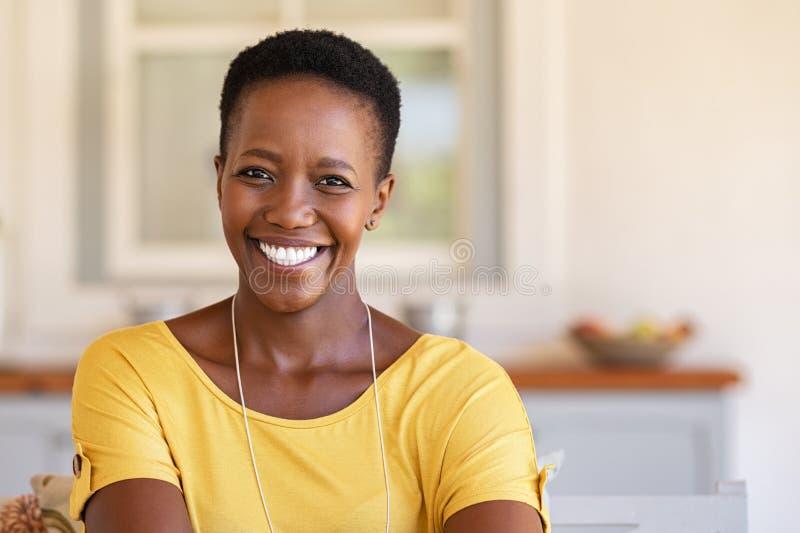 看照相机的非洲妇女 免版税库存图片