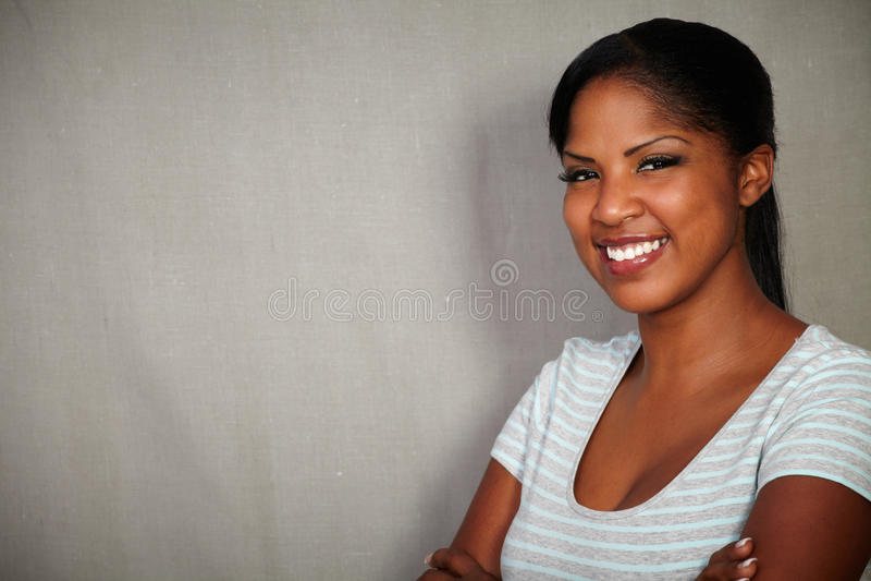 看照相机的年轻非洲妇女 库存照片