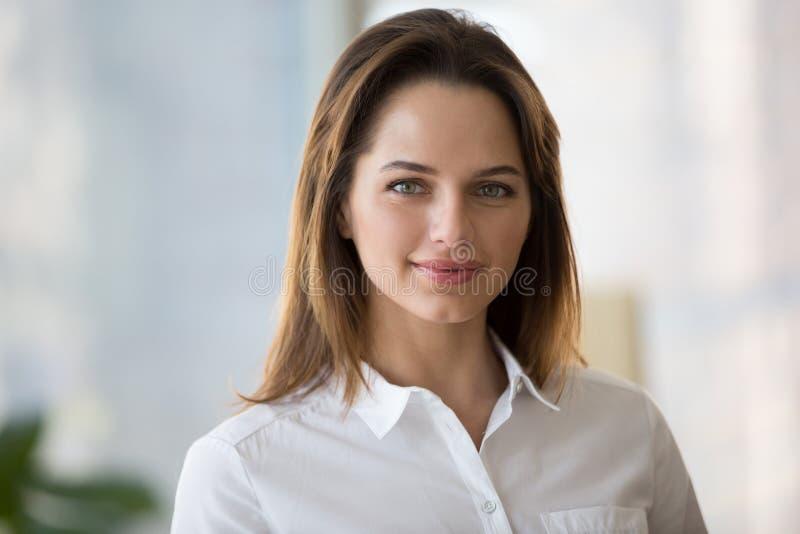 看照相机,年轻人的确信的微笑的女实业家公开宣称 免版税库存图片