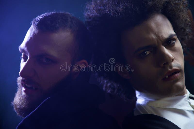 看照相机绝望饥饿的两个恼怒的吸血鬼 库存照片