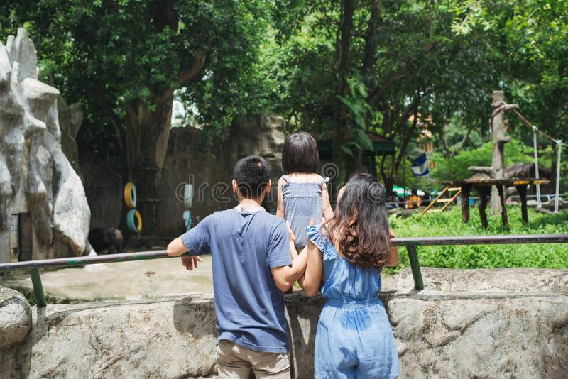看熊的动物园的幸福家庭 库存图片