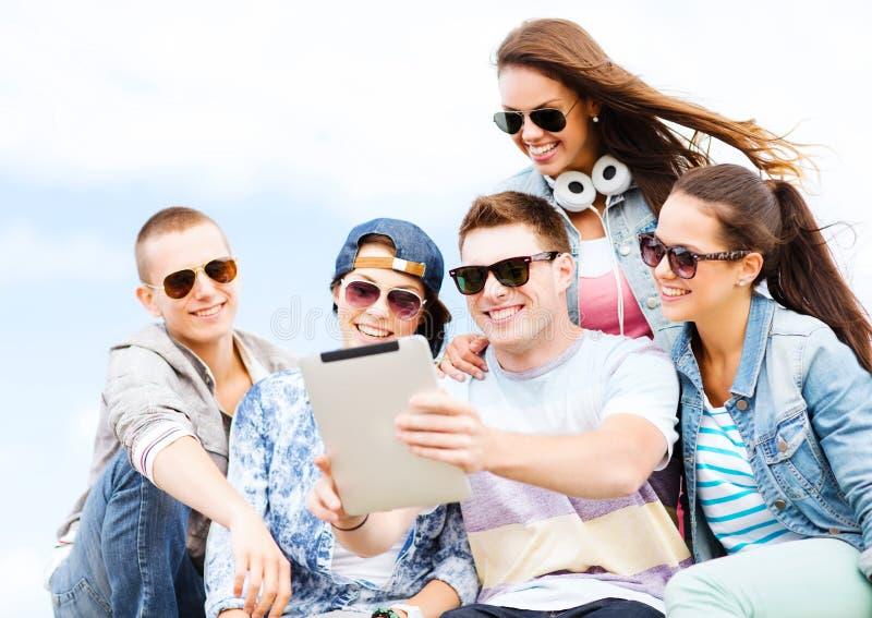 看片剂个人计算机的小组少年 图库摄影