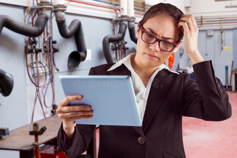看片剂个人计算机的想法的女实业家的综合图象 库存照片