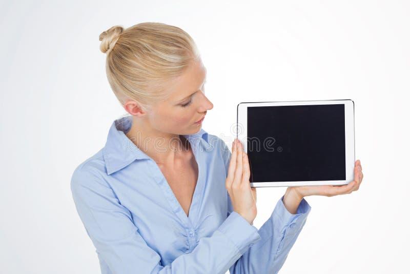 看片剂屏幕的企业白肤金发的妇女 库存照片