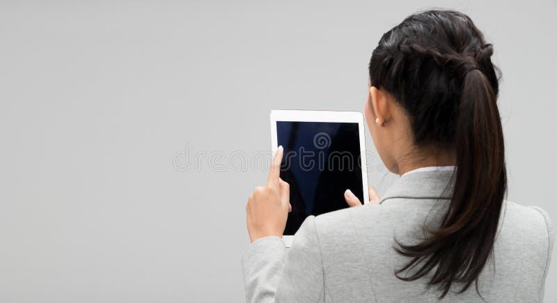 看片剂的年轻女商人正装 免版税图库摄影
