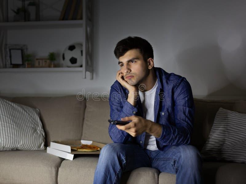 看电视和摧毁在家坐长沙发的乏味人 库存图片