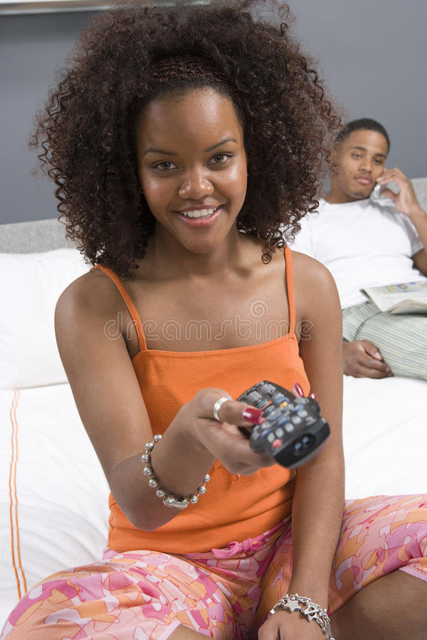 看电视的妇女在卧室 库存照片
