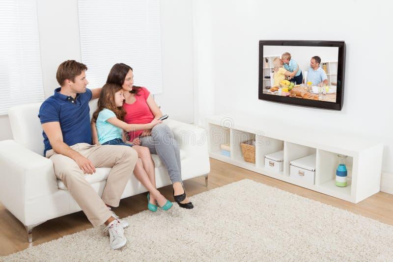 看电视的富感情的家庭 库存照片